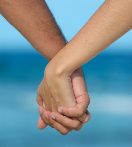 holding-hands-lovers
