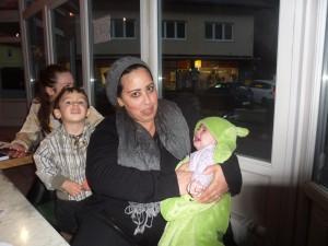 Small World: Mama din Maroc, tata sirian ,  băiatul născut în Libia, fetița în Austria. Familia Mohamed...
