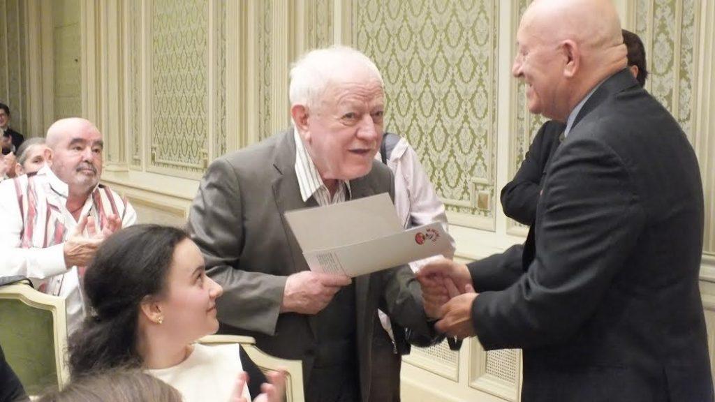 Vasile Celmare  primește  premiul