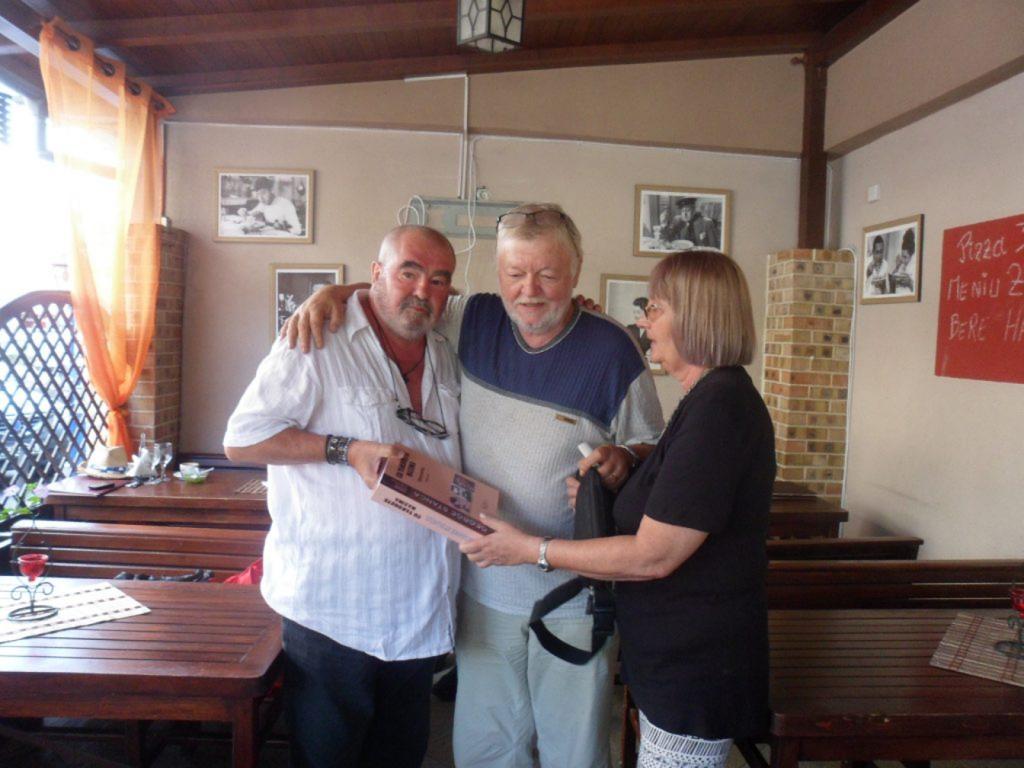 Cele patru personaje din poză, George, Dan, Dana și …antologia Poetului